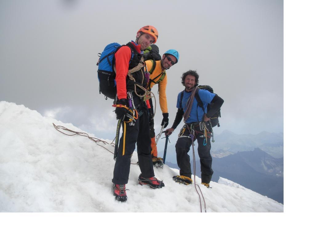 I compagni d'avventura Miki luca,e Adriano sorridenti in vetta alla Walker..