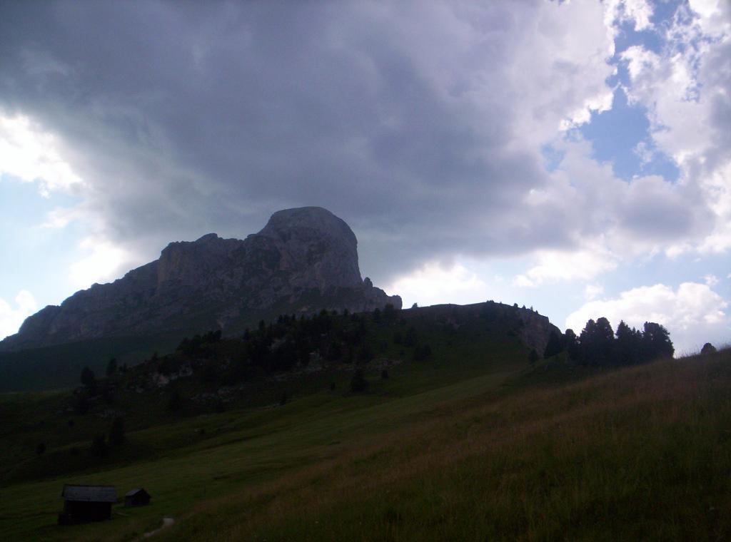 la cima del Putia, dove si intravvede la croce di vetta