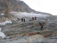 ai piedi del ghiacciaio, si calzano i ramponi