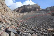 dal pianoro dei pietroni di quota 2800 m. la via da seguire per superare una parete roccios che sbarra il vallone (21-8-2012)
