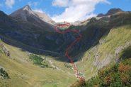 L'Alpeggio di Les Ecules, l'Artanavaz e la via di salita visti dalla sterrata per il Col Serena