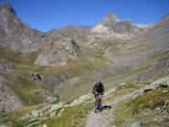 tratto pedalabile nella risalita al col de Chardonnet; sullo sfondo il Pic de la Mouliniere 3073 m.