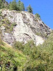 la parete vista dal sentiero di accesso