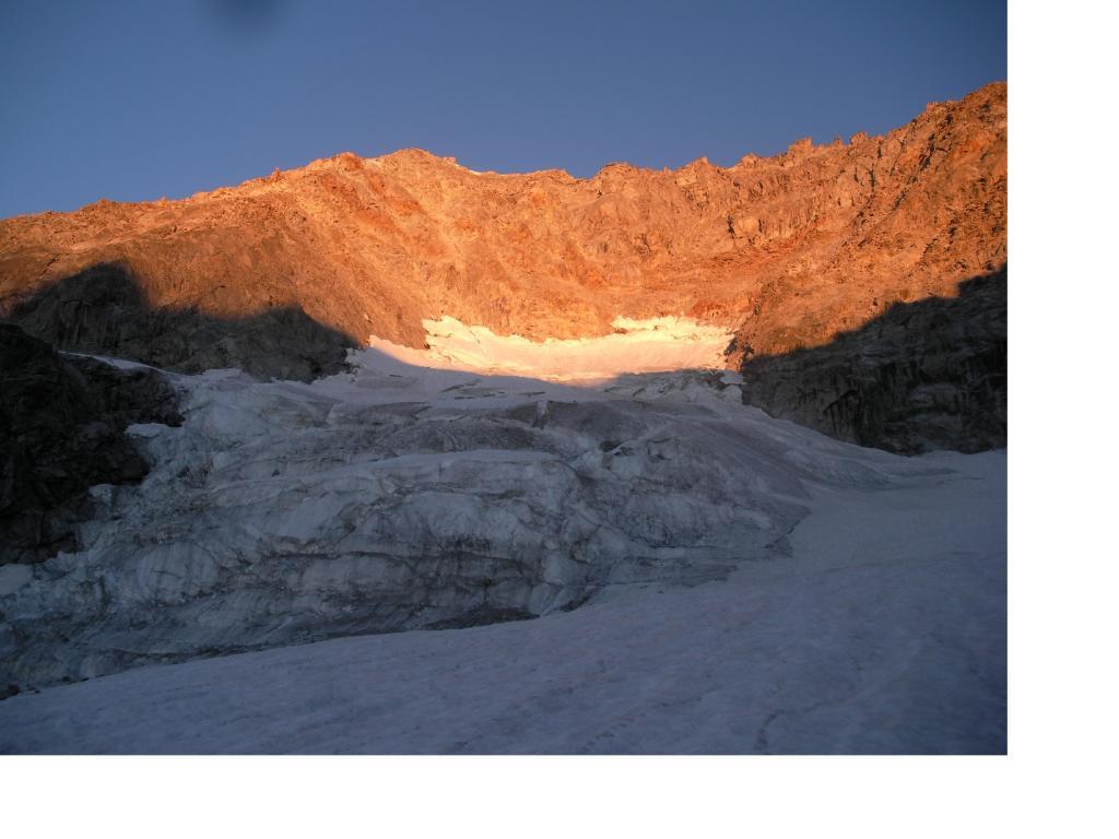 Il bacino glaciale del Triolet s'irradia di luce..