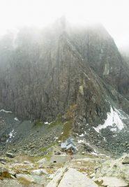 rifugio e pta udine nella nebbia, dalle rocce losas