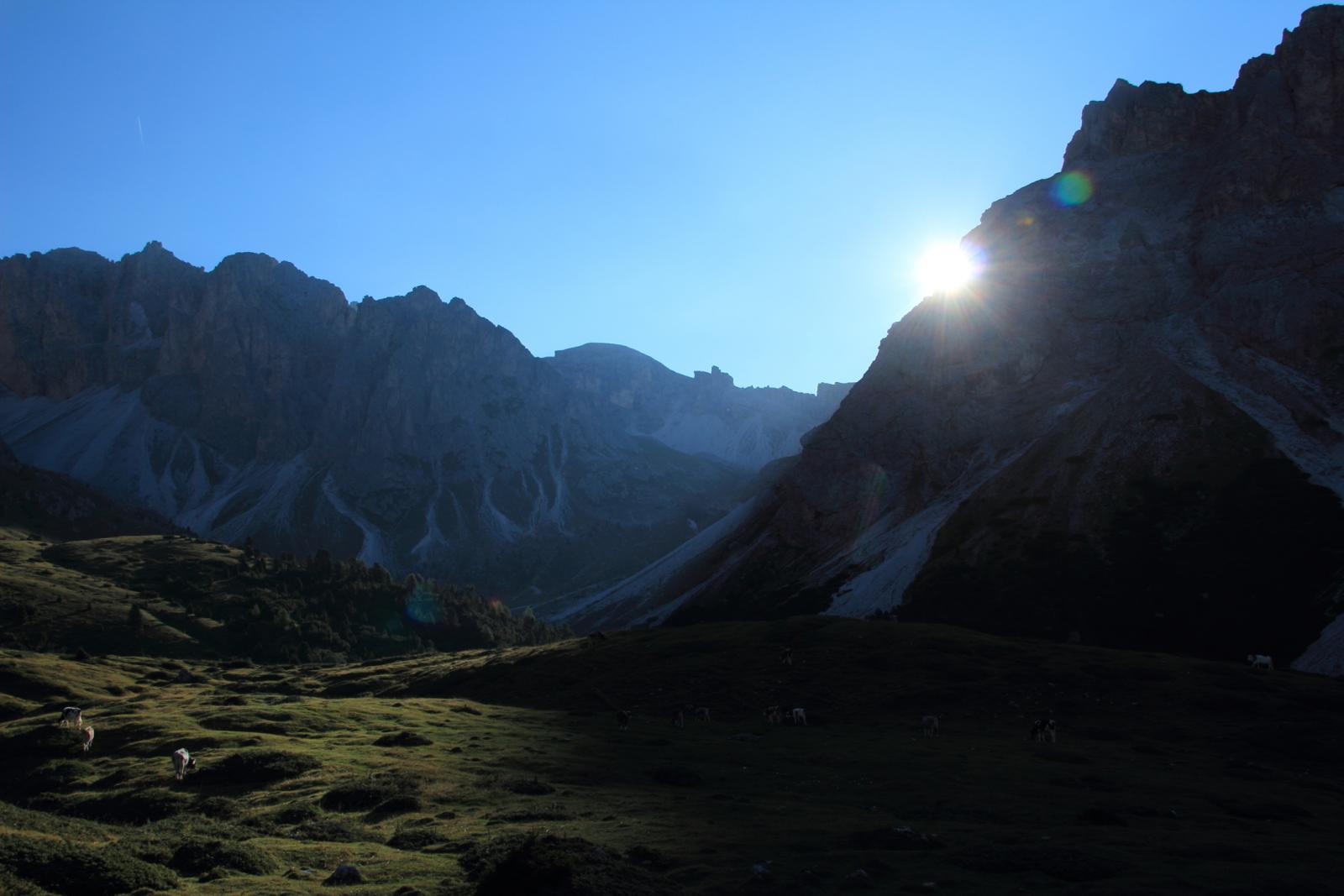 le prime luci del sole salendo verso il Plan Ciantier (8-9-2012)
