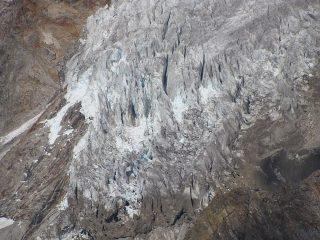 zoom sui seracchi alla base del ghiacciaio