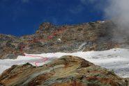 L'ultimo tratto su ghiacciaio ed il percorso su rocce per la vetta