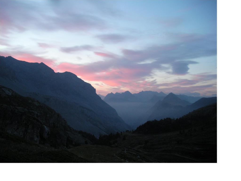 Il cielo si tinge di rosso sopra la Valle Stretta..