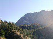 itinerario: la cresta si staglia di profilo a sinistra