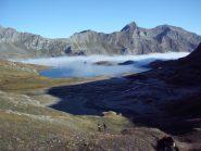 Le nuvole salgono fino ad inghiottire il rifugio e il lago Miserin