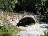 Ponte ad arco in pietra nei pressi dell'Alpe Cantonazzo