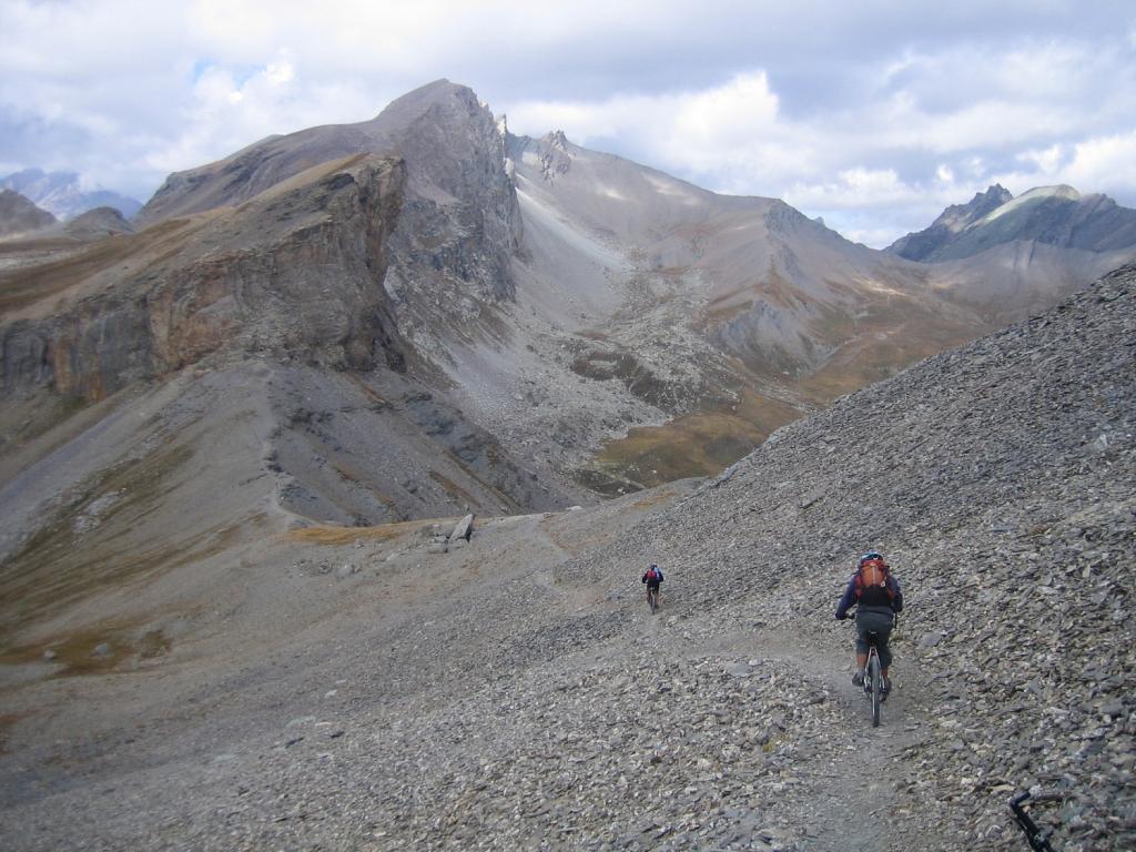 la discesa verso il colle di Bellino 2805 m.