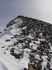 09 - l'ultima rampa per la cima,il vento ha accumulato la neve fresca creando delle piccole cornici di cresta