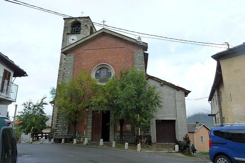 al parcheggio vicino la chiesa del paese