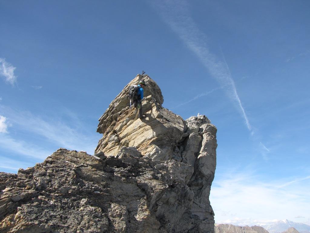 il socio in doppia dal torrione sommitale della cima nord