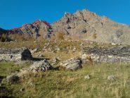 il Monte Rosso dall'Alpe Saulera. In rosso la variante per il colle sul costone est