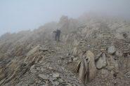 Enrico sale verso il tratto finale della cresta, alla base dei due canalini (7-10-2012)