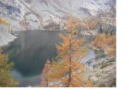 Immagine ravvicinata del Lago Cornuto nella sua veste autunnale..