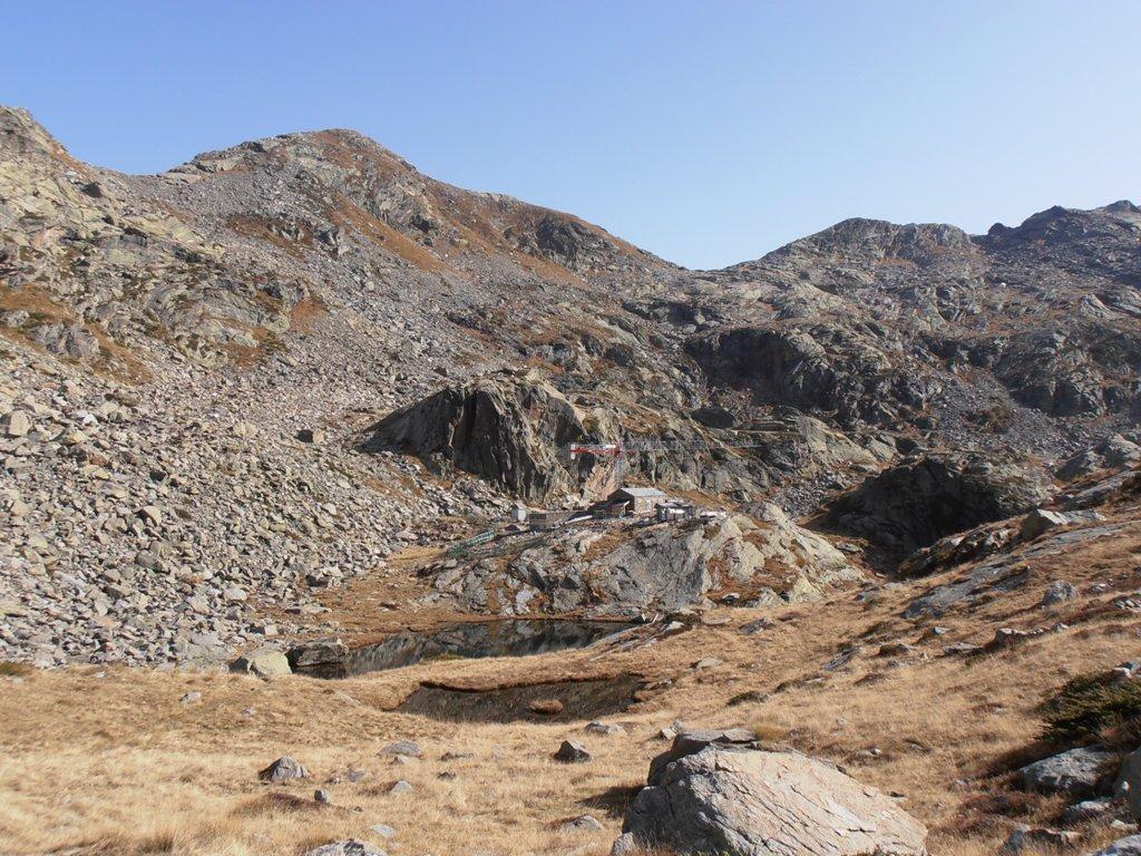 05 - Colle della Barma in alto e Rifugio della Barma in costruzione