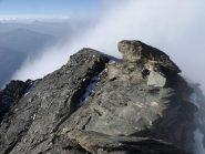 In vetta con la nebbia che sale dal ghiacciaio