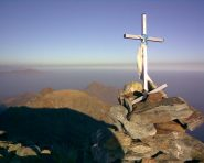 Croce di vetta, rocca Moross sullo sfondo