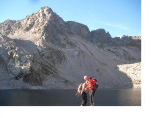 I soci Paolo e Rodolfo paiono galleggiare sulla superficie calma del Lago Portette sullo sfondo della Cima  che da li nome al Lago stesso.