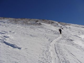 vicino alla punta il vento ha portato via tanta neve