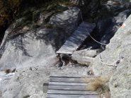 Ponte semidistrutto sul rio Chiapinetto