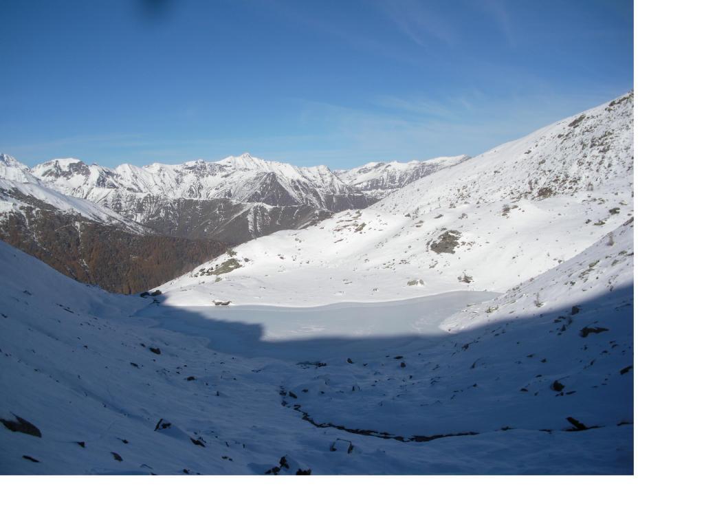 Il lago d'Envie gia' con la corazza di ghiaccio..sullo sfondo e' il Bric Ghinivert