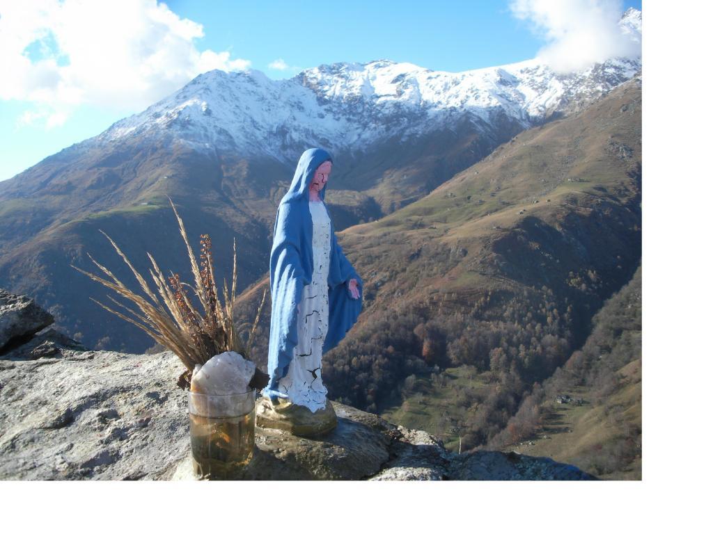 La madonnina del M.Calvo con lo sfondo della Quinzeina