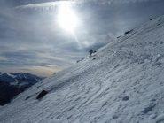 Curve sotto la cima su neve un pò ventata