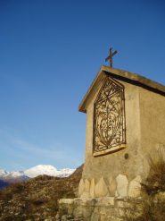 cappella votiva con niblè sullo sfondo