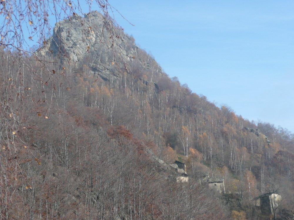 La borgata Betassa ed il roccioso rilievo dal traverso per Pertià