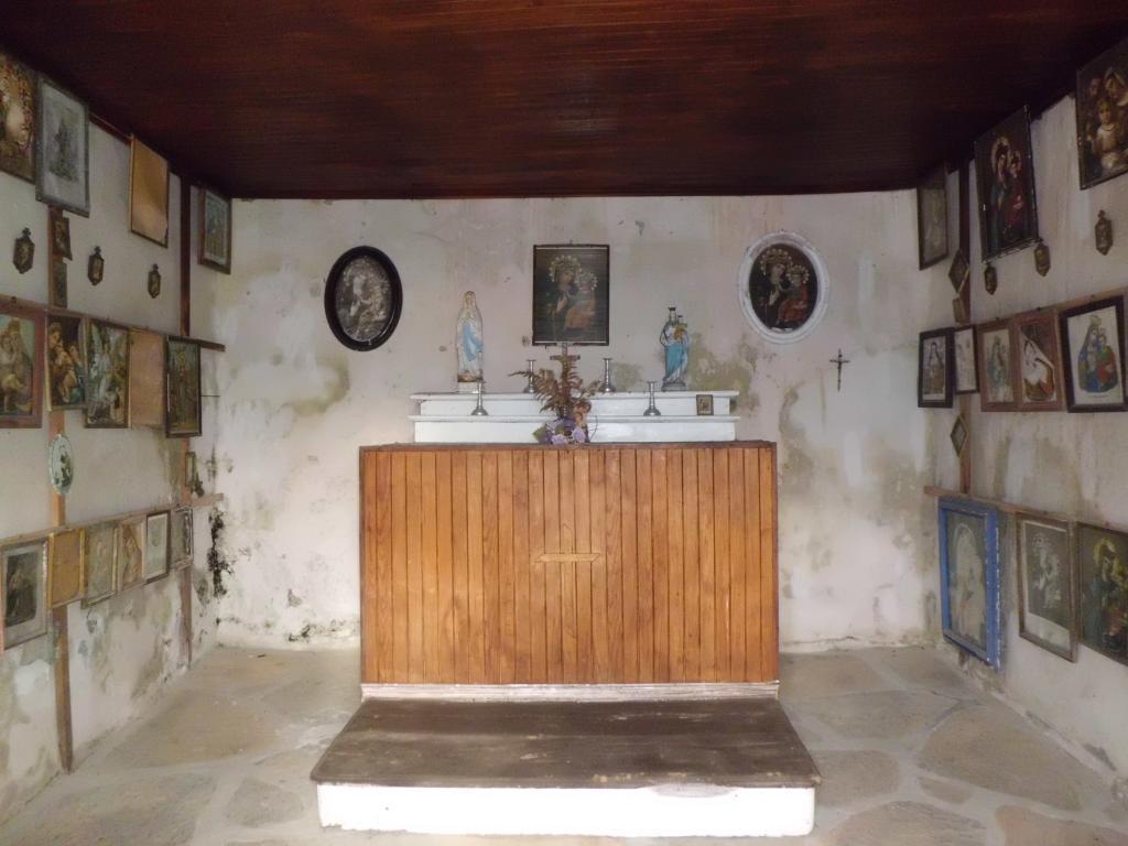 Interno della chiesetta Monaviel