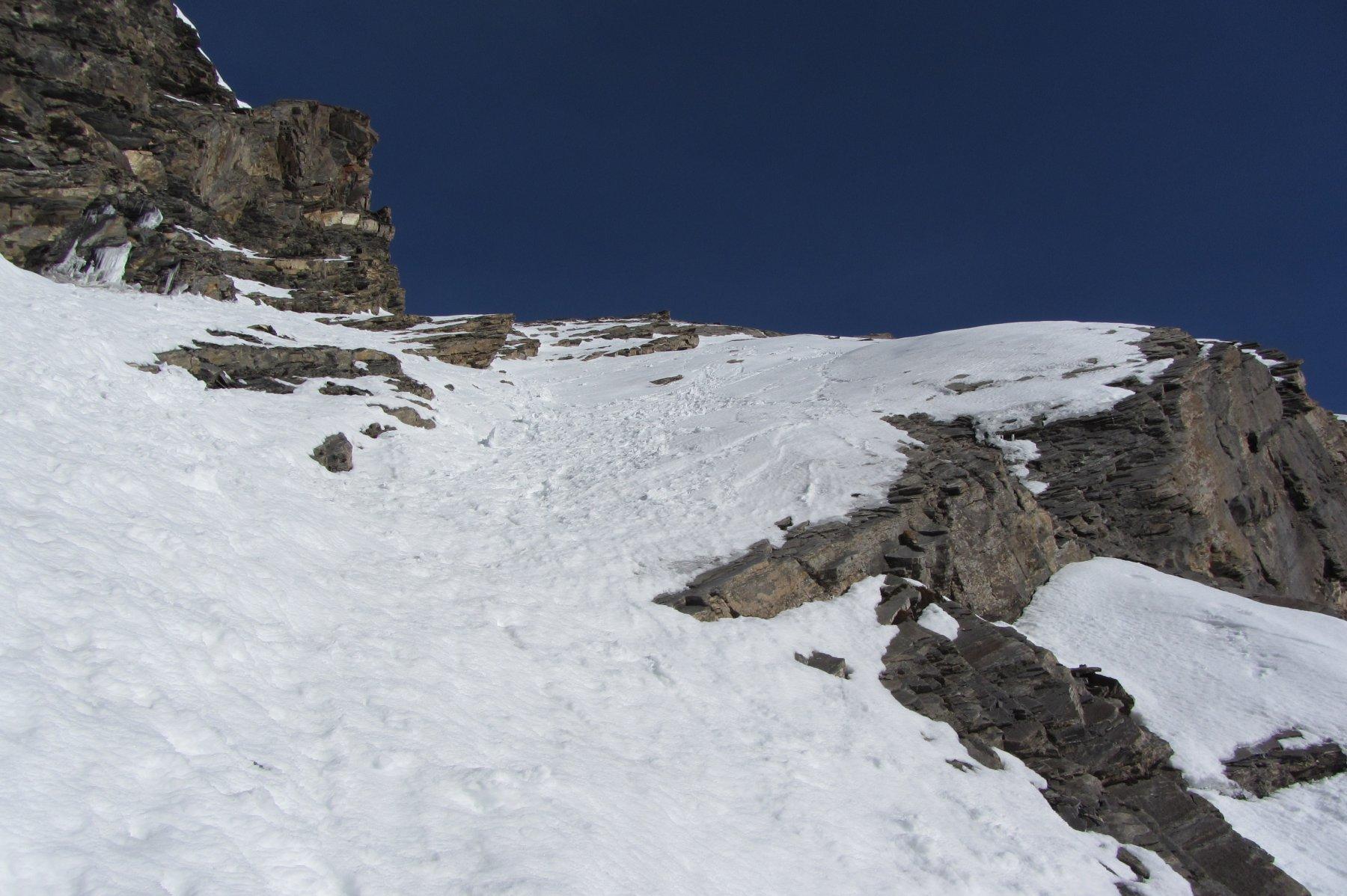 il canale/pendio nevoso sopra il salto