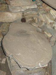 Alpe Marmo: Piano in pietra con gronda per lo scolo del siero