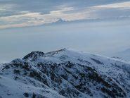 Il Monviso emerge dalle nebbie della pianura