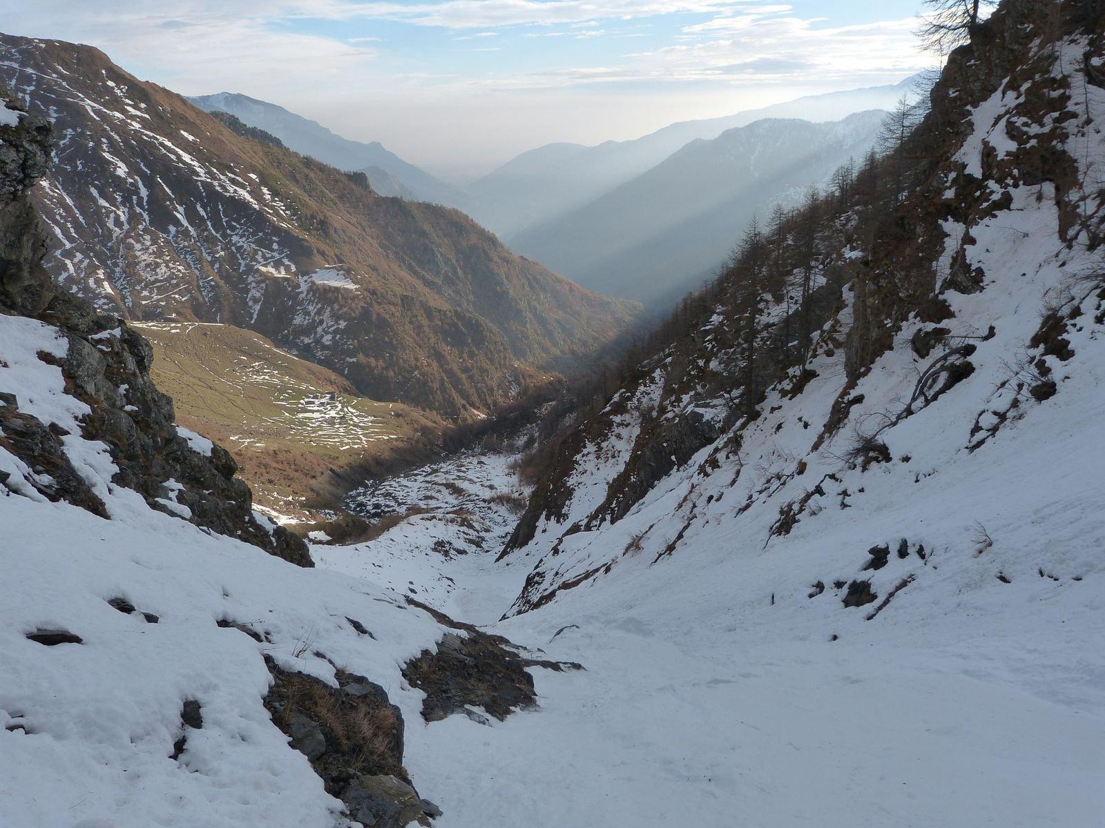 nel canale principale, già oltre la cascata, vista verso valle