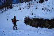 io nei pressi di un altro bivio con cartelli segnaletici (8-12-2012)