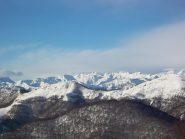 Il boscoso Monte Congiura con alle sue spalle l'Ostano (dietro la Val Sesia fino al Corno Bianco)
