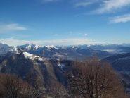 Alpe Quaggione in primo piano. Alle sue spalle la coppia Zeda-Moriana e dietro ancora le Grigne e un mix di alpi Lombarde e Ticinesi