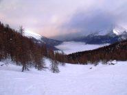 Nebbia in bassa valle e bufera in quota