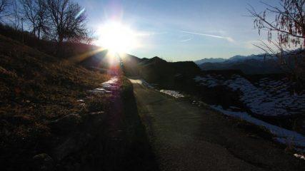 prime luci del sole dal piccolo parcheggio della Borgata Palù (22-12-2012)