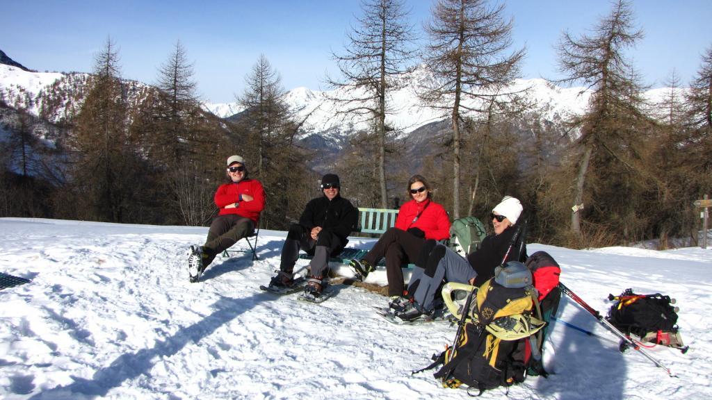 un gruppo di turisti passati per caso dal Colle Birrone, comodamente seduti in panchina (22-12-2012)