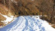 salendo lungo la stradina innevata verso la Borgata Chesta (22-12-2012)