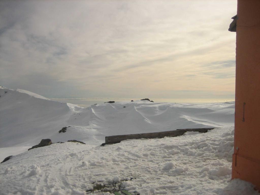 La Corsica con le montagne imbiancate vista dal rifugio.