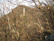 Fra la boscaglia si intravede la Cappella della Visitazione