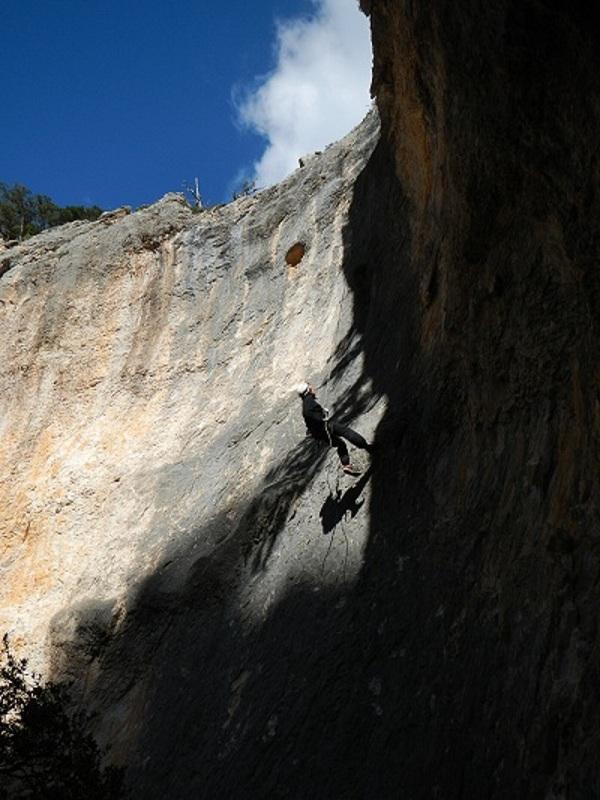 calata in singola porta all'ingresso della grotta