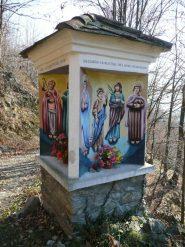 Colori sgargianti al pilone dipinto su 4 lati, borgata Raje di Pont